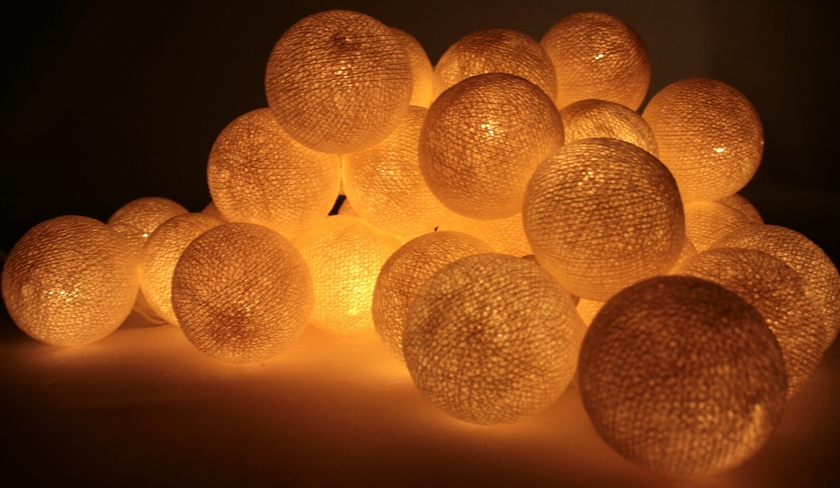 guirlande lumineuse de boules de coton samui guirlande. Black Bedroom Furniture Sets. Home Design Ideas