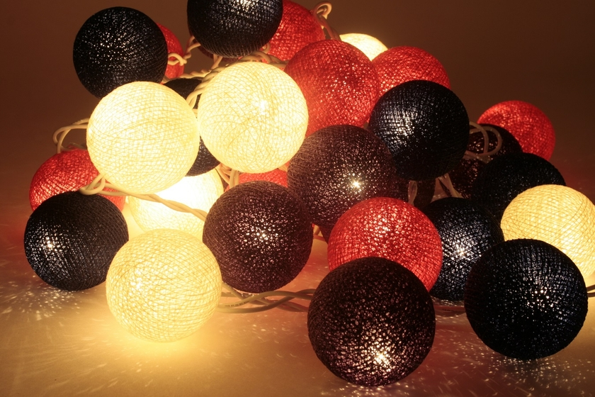 guirlande lumineuse de boules de coton sukhothai guirlandes lumineuses boules de coton. Black Bedroom Furniture Sets. Home Design Ideas