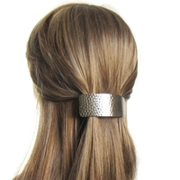 Barrette cheveux bombée en métal martelé argenté