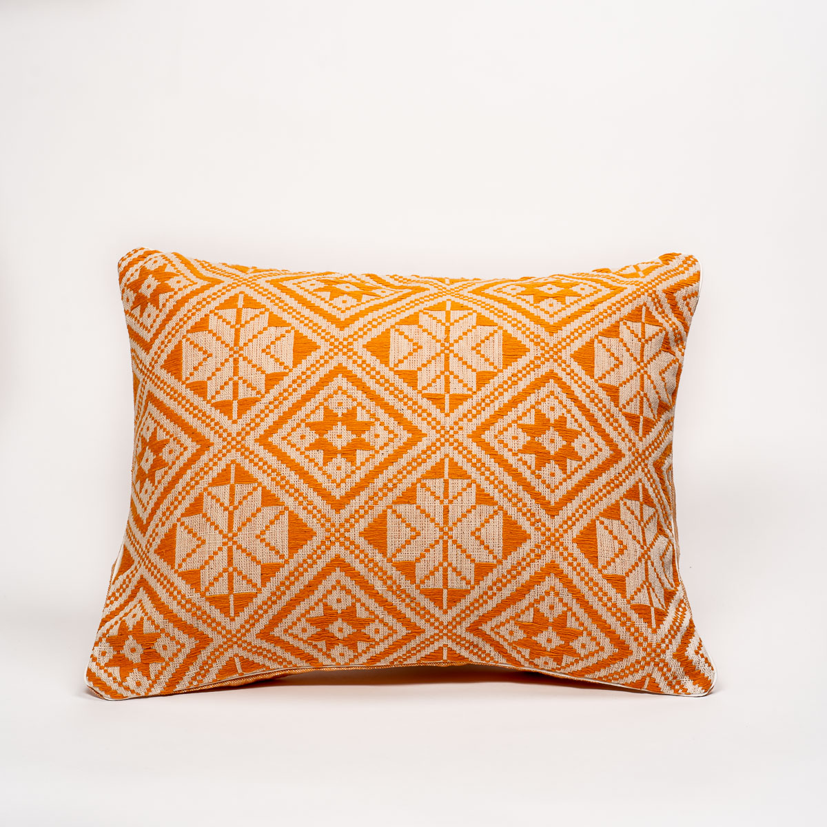 2020-10-JMDUFOUR-TrendEthics-Packshot-coussin-dokmai-orange-grand-1-light