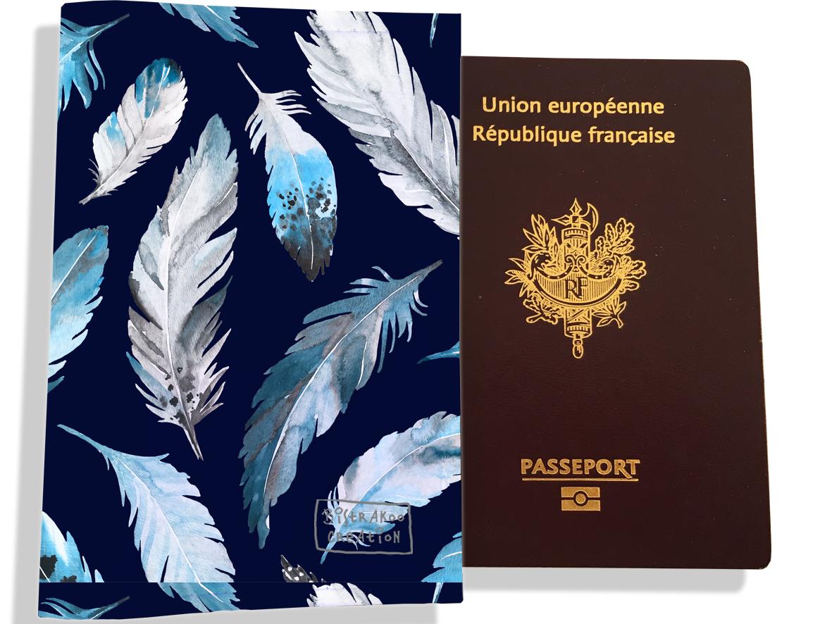 Protège passeport pour femme motif Plumes grises et bleues PP6030