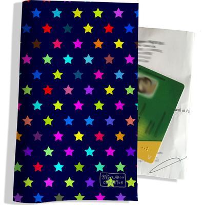 Porte ordonnance et carte vitale Etoiles multicolores fond bleu marine 2004