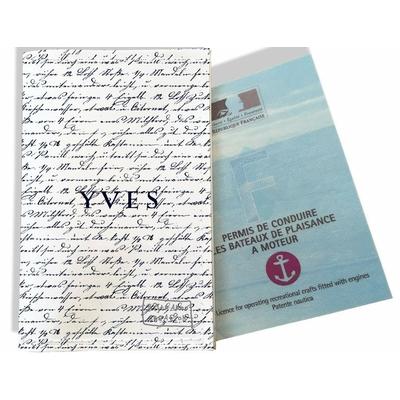 Porte permis bateau personnalisé homme Ecriture bleu marine fond blanc P2141