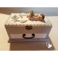 Boîte à musique  bébé fille grise et blanche et son ours - au coeur des arts