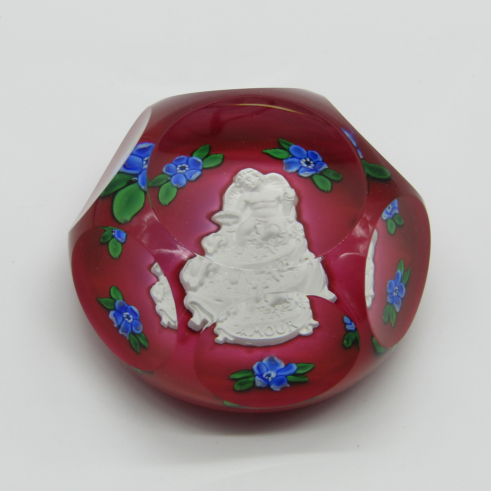 Saint Louis. Boule presse papier ou sulfure en cristal à décor d'un amour  et de fleurs bleues SL 20
