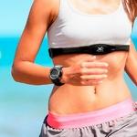 femme avec une montre cardio et une ceinture thoracique