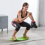 femme faisant un exercice sur son plateau déquilibre