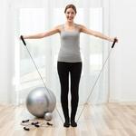 femme sexerçant avec un élastique de fitness