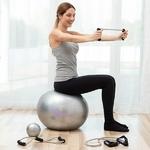 femme faisant un exercice avec un élastique de fitness