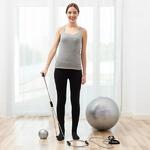 femme faisant des exercices avec un ballon de gym et un élastique de fitness