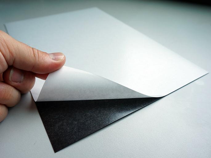 feuille-magnetique-adhesive-partie-autocollante