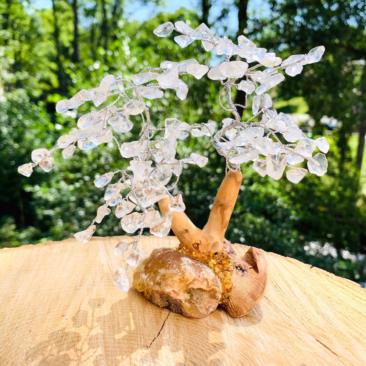 Arbre de vie en cristal de roche / quartz blanc avec pied en bois modèle 15cm de haut