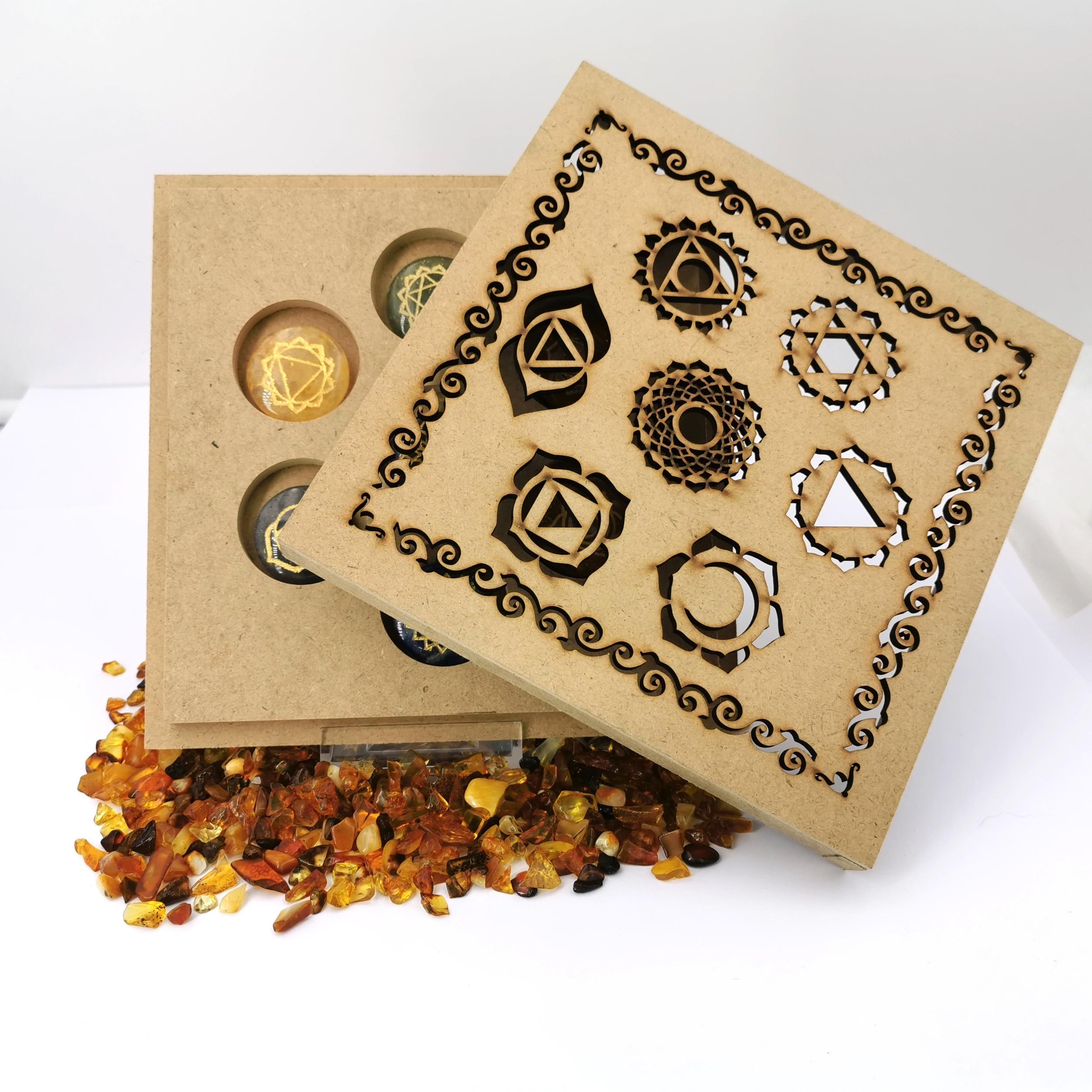 Boite avec pierres 7 Chakras avec symboles