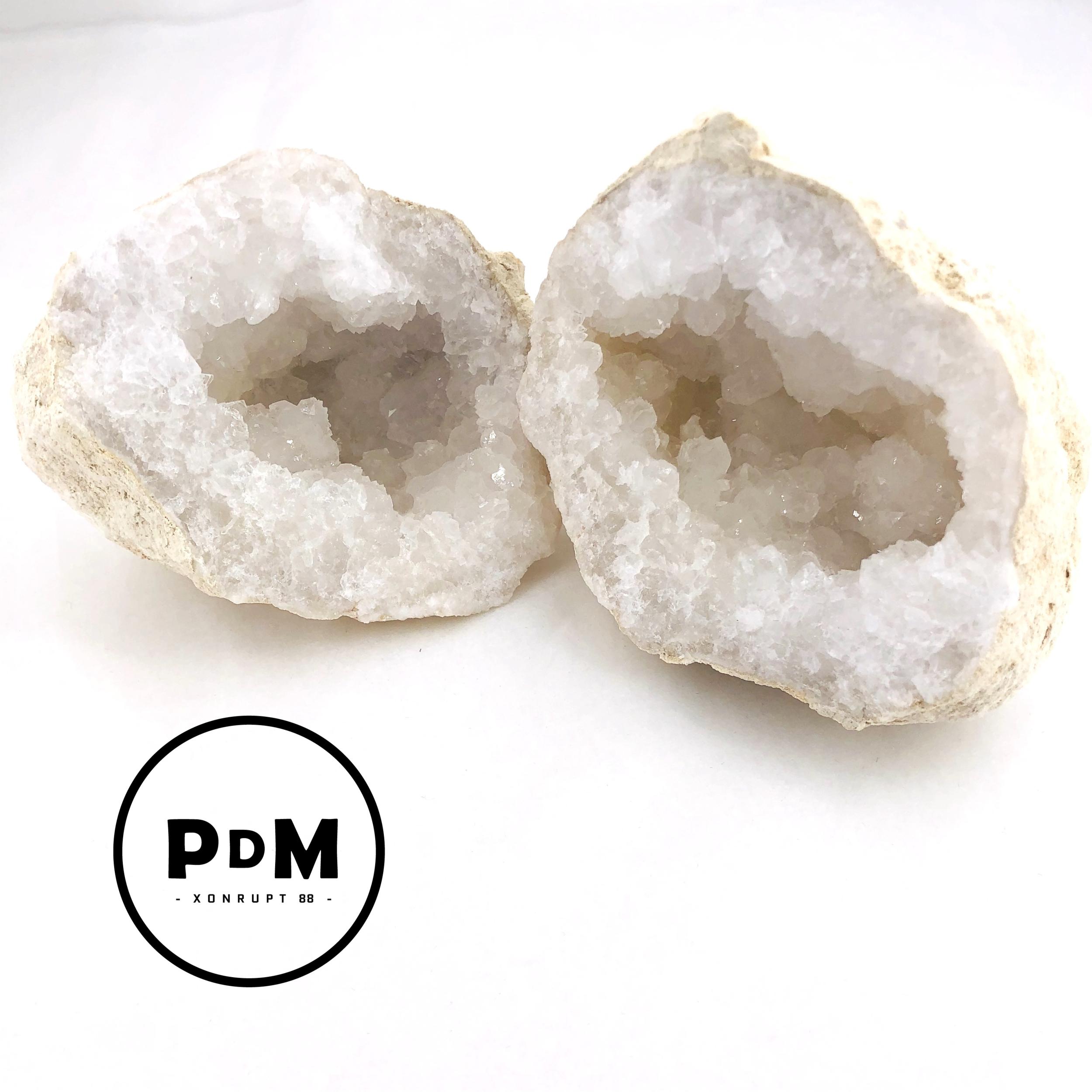 Géode en pierre naturelle de quartz de taille moyenne (environ 11cm de diamètre)