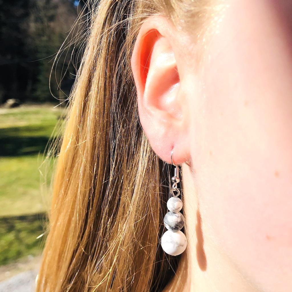 Boucles d\'oreilles Howlite en trilogie de pierre naturelle montage acier