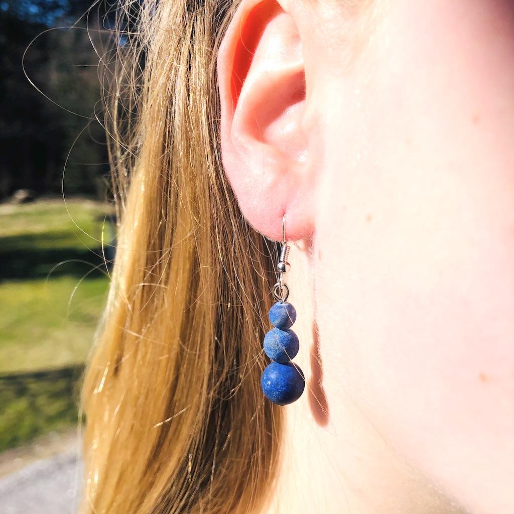 Boucles d\'oreilles Lapis-lazuli en trilogie de pierre naturelle montage acier