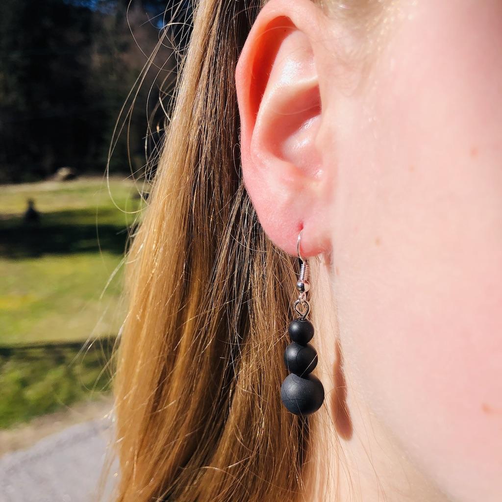 Boucles d\'oreilles Agate noire en trilogie de pierre naturelle montage acier