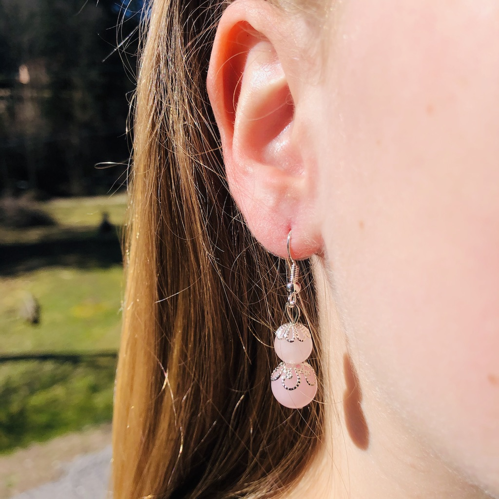 Boucles d\'oreilles Quartz rose en pierre naturelle décor fleurs et montage acier