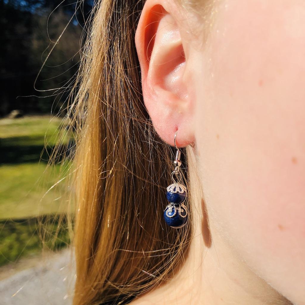 Boucles d\'oreilles Lapis-lazuli en pierre naturelle décor fleurs et montage acier