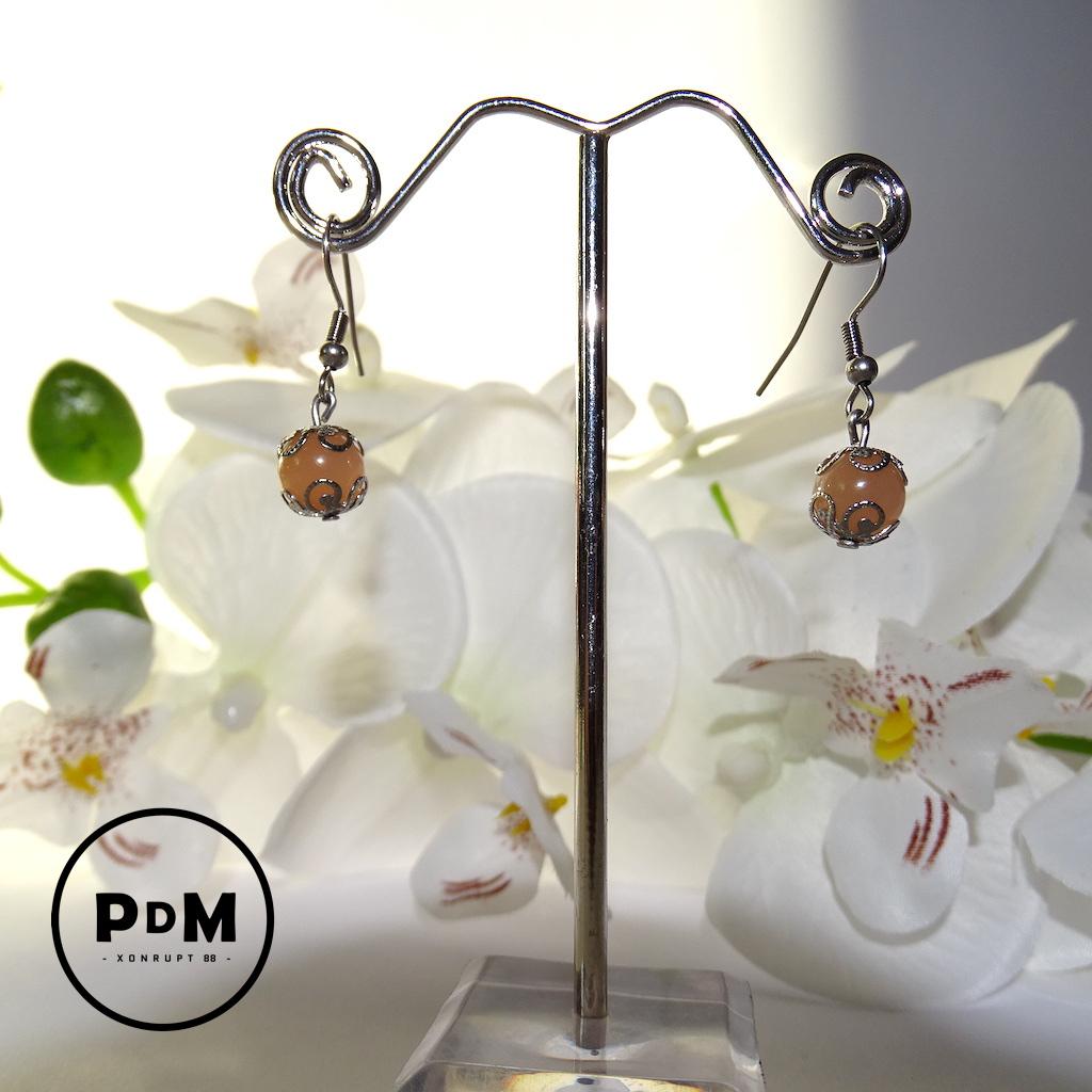 Boucles d\'oreilles Pierre de Soleil en pierre naturelle perle 8 mm décor fleurs acier et montage acier