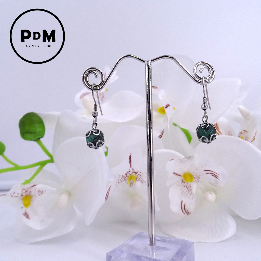 Boucles d\'oreilles Turquoise en pierre naturelle perle 8 mm décor fleurs et montage acier