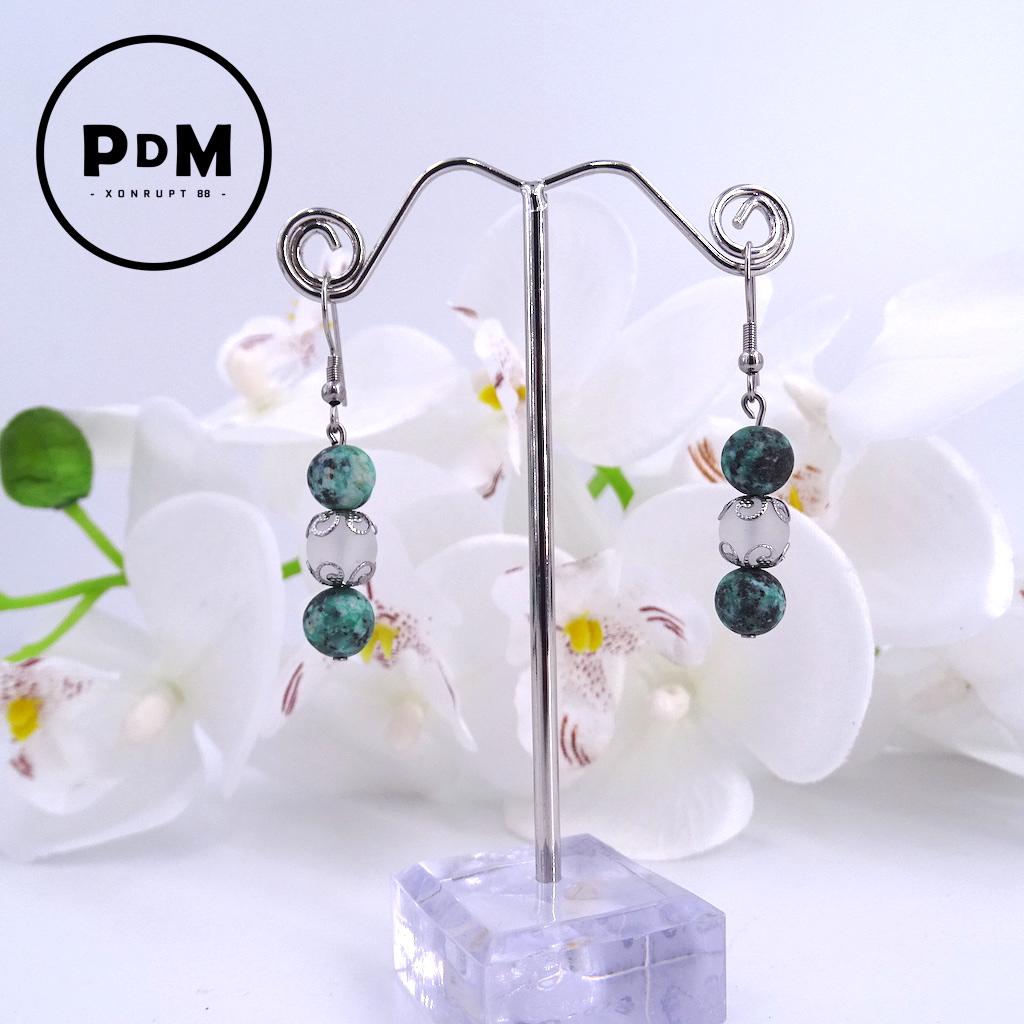 Boucles d\'oreilles trio Turquoise et Quartz blanc mat en pierre naturelle perle 8 mm décor fleurs et montage acier