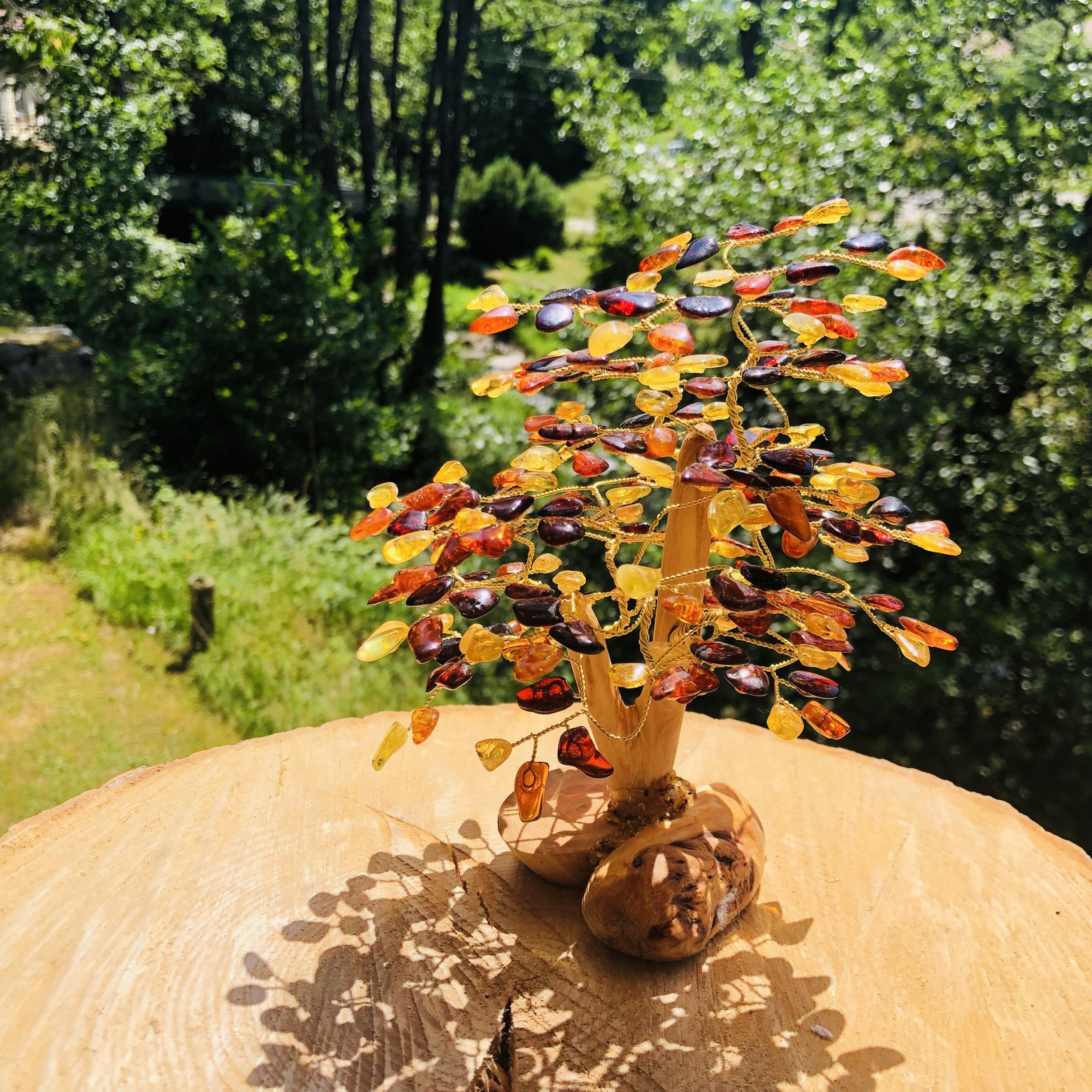 Arbre de vie en ambre avec pied en bois hauteur 20 cm