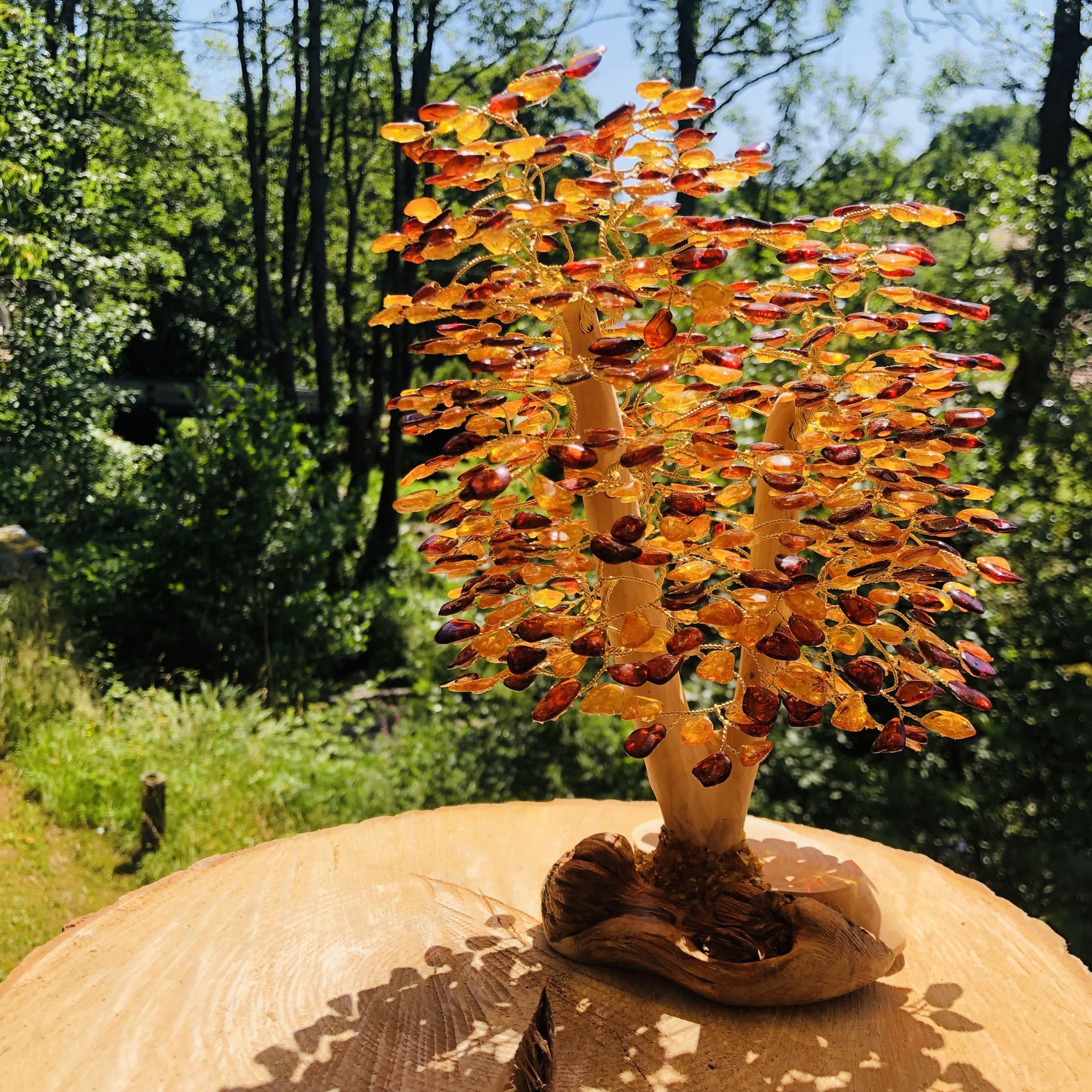 Arbre de vie en ambre avec pied en bois hauteur 24 cm