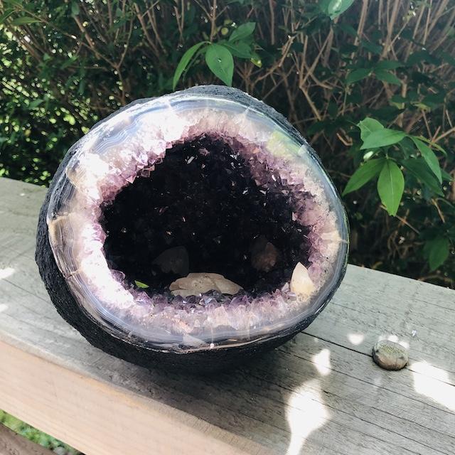 forme-libre-2-geode-boule-amethyste-uruguay-calcite-pierres-du-monde-vosges-1