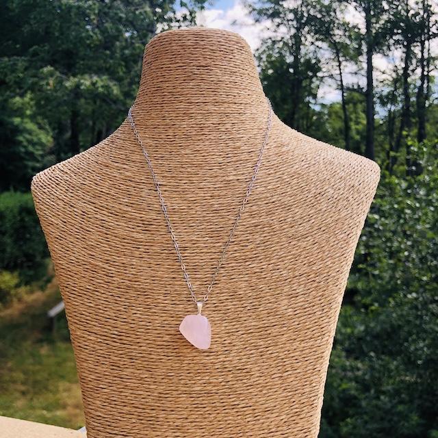 Pendentif Quartz Rose forme libre pierre naturelle