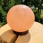lampe-decoration-boule-sel-himalaya-zen-decoration-chevet-purification-air-pierres-du-monde-vosges-1