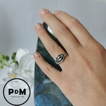anneau-argent-forme-geometrique-grave-lisere-noir-pierres-du-monde-1