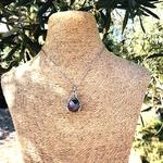 Pendentif-entre-les-mains-amethyste-pierre-naturelle-pierres-du-monde-vosges-1