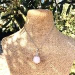 Pendentif-entre-les-mains-quartz-rose-pierre-naturelle-pierres-du-monde-vosges-1