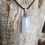 Pendentif Labradorite blanche, cordon coton ciré offert