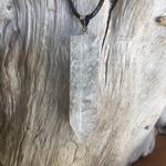 Pendentif cristal de roche, cordon coton ciré offert