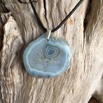 Pendentif Calcédoine bleue (agate blue lace), cordon coton ciré offert