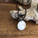 pendentif oeil de sainte Lucie, anneau acier inoxydable, cordon coton ciré offert.