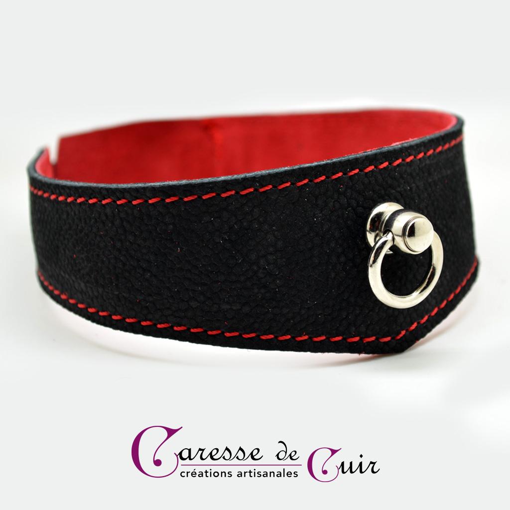 Collier en cuir noir avec couture et verso rouge