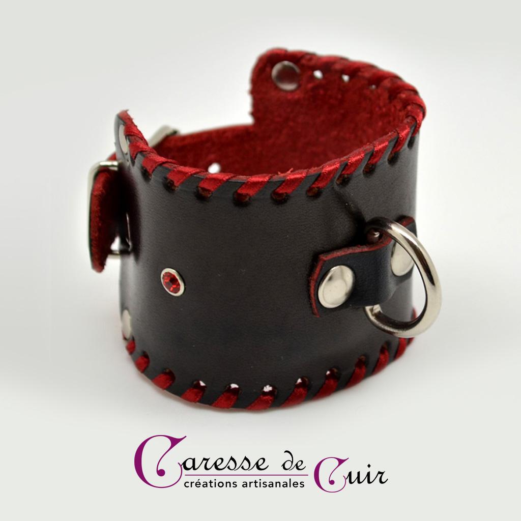 Bracelet SM en cuir noir et rouge avec anneau D métallique et strass rouge