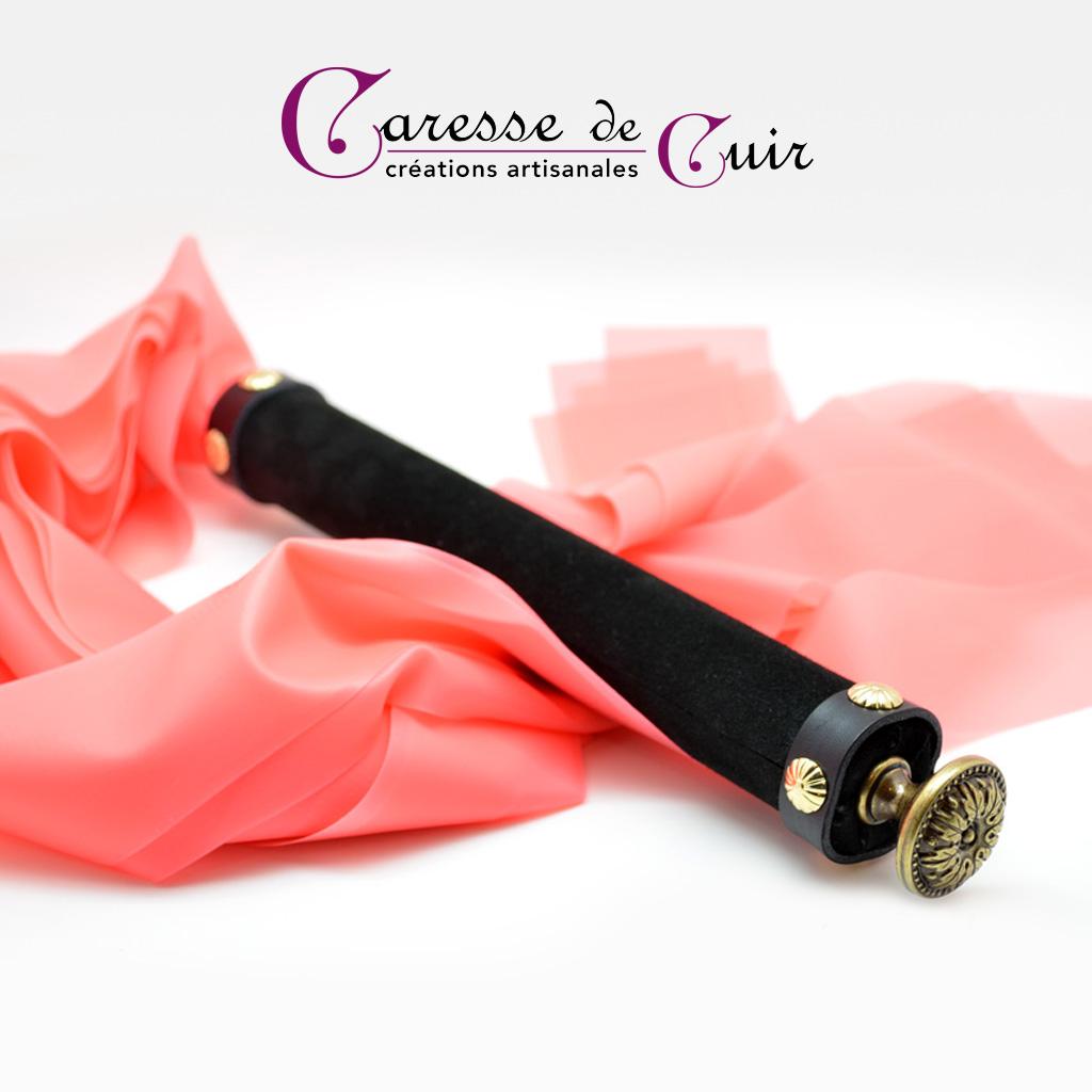 Martinet rose et noir en cuir et latex