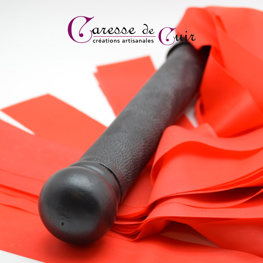 Martinet rouge et noir en cuir et latex