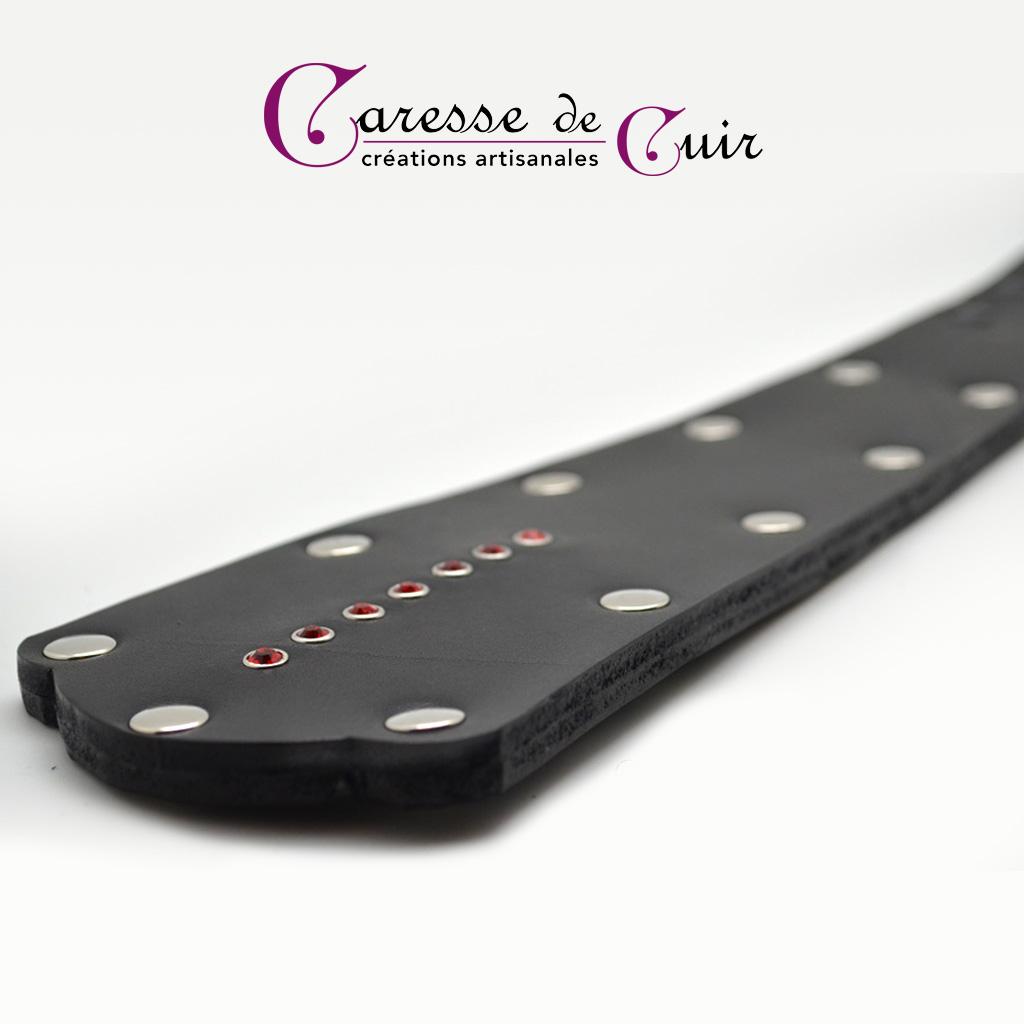 Paddle en cuir noir avec strass rouges