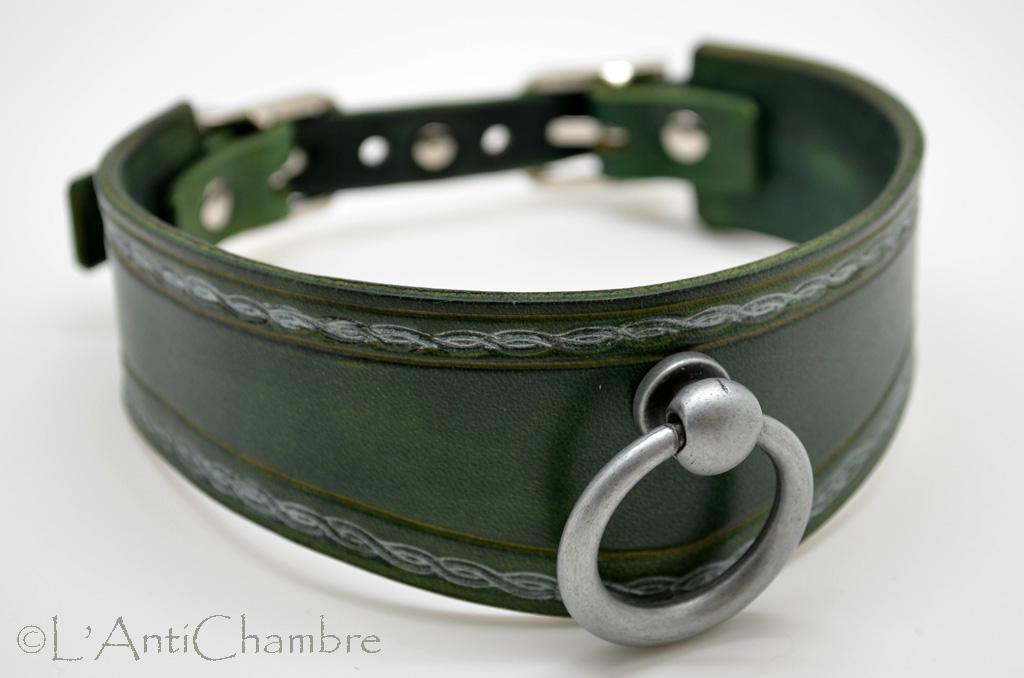 Collier BDSM en cuir vert et frise décorative argentée avec anneau vieil argent