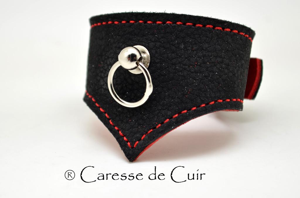 Bracelet BDSM cuir noir et rouge avec anneau
