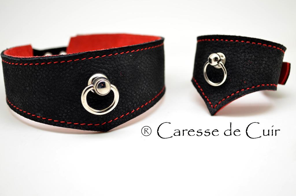 Ensemble collier BDSM avec bracelet assortit en cuir noir et rouge