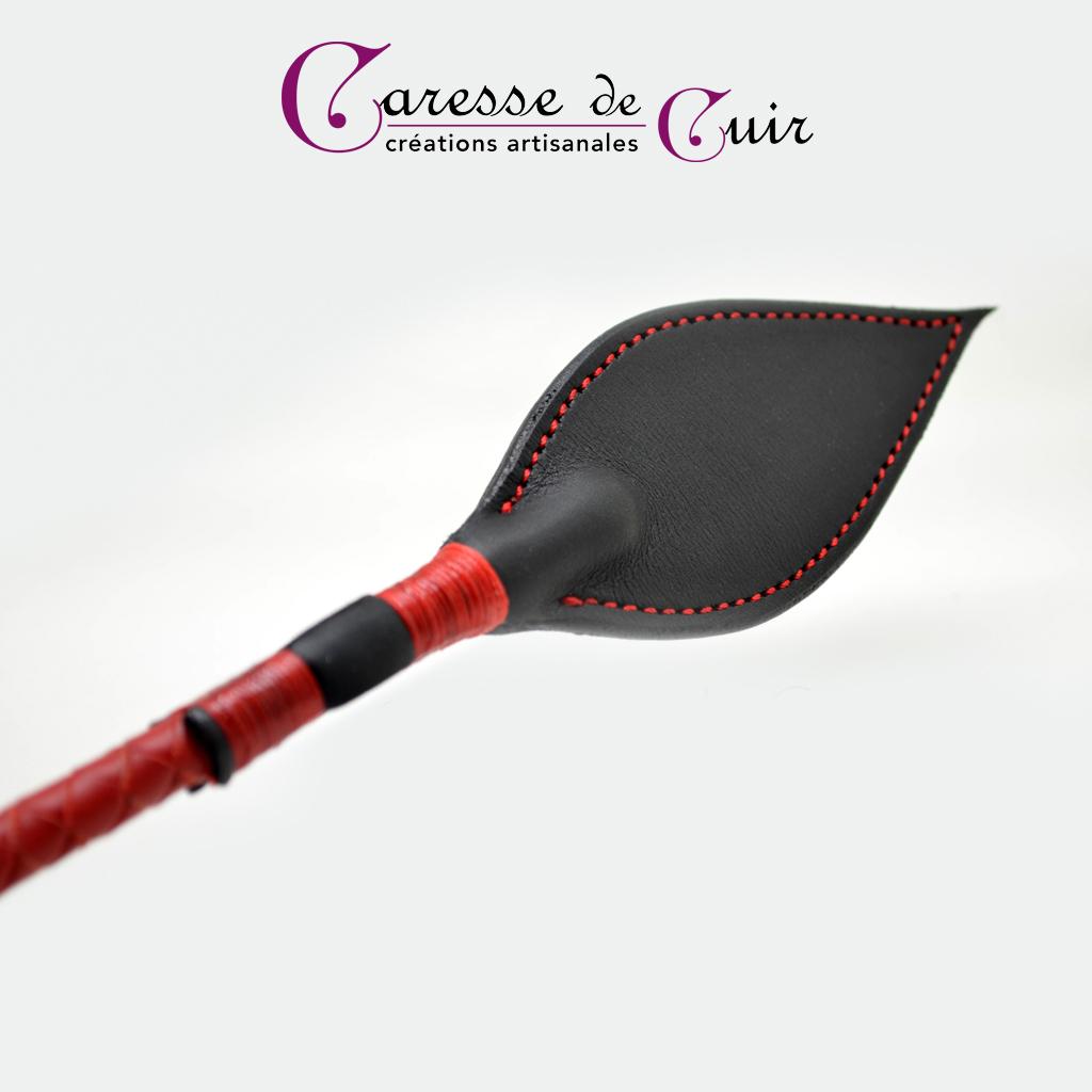 Cravache-cuir-bdsm-caresse-de-cuir-rouge-noir-3