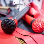 Martinet-cuir-rouge-ou-noir-latex-bicolore-A3