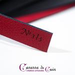 caresse de cuir - martinet numéroté - rouge et noir - cuir et laiton -2