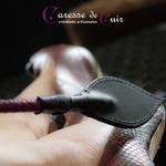 Cravache-cuir-bdsm-caresse-de-cuir-violet-noir-4